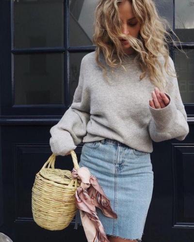 BAMBU ÇANTALAR: OUT   Geçen sezon sokak modasında oldukça trend olan bambu çantalar artık popülerliğini kaybetti.