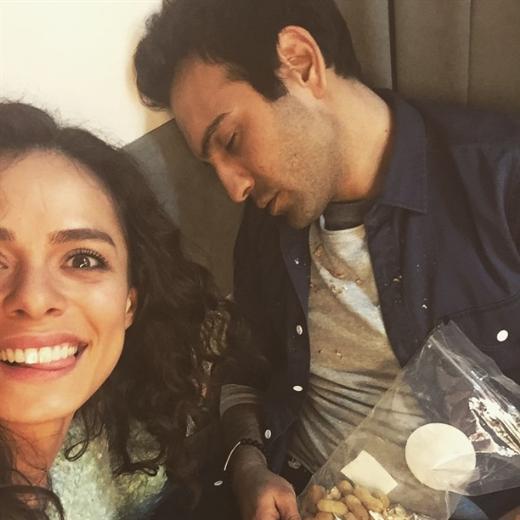 Başrollerini Özge Özpirinçci ve Buğra Gülsoy'un paylaştığı dizinin kendisi kadar kamera arkası da renkli anlara sahne oluyor.