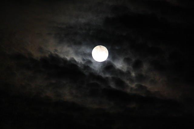AY TUTULMASI NEDİR?  Ay, Dünya'nın arkasını dolanıp gölgesine girdiğinde Ay tutulması olur. Ay tutulmaları sadece dolunay evresinde gerçekleşir, Ay yüzeyini süpüren bir karanlık disk gölgesini görülür, bu dünyanın gölgesidir.  Tutulmanın olabilmesi için, Ay'ın, Dünya etrafındaki yörüngesiyle, Dünya'nın Güneş etrafındaki yörüngesinin kesişim yerlerini belirleyen düğüm noktalarında veya bu noktalar civarında (dolunay safhasında) bulunması gerekir.  Ay, Dünya etrafında yılda yaklaşık 12 kez dolanır. Dolayısıyla, eğer Ay'ın yörünge düzlemi Dünya'nınkiyle çakışık olsaydı, bir yılda 12 kez Ay tutulması meydana gelebilirdi. Fakat durum böyle değildir. Ay'ın yörünge düzlemi ile Dünya'nınki arasında yaklaşık 5 9′ lık bir açı vardır. Bu açı nedeniyle Dünya, Ay ve Güneş, Ay'ın Dünya etrafındaki her dolanımında tam olarak aynı doğrultuda bulunmazlar. Böylece her ay bir Ay tutulması oluşmaz. Nitekim bir yılda hiç Ay tutulması olmayabileceği gibi, en çok üç Ay tutulması meydana gelebilir.  Tam, parçalı ve kısmi olmak üzere üç tip Ay tutulması vardır. Bir Ay tutulmasının gerçekleşebilmesi için Dünya ile Ay'ın yörüngelerinin düğüm noktalarında veya düğüm noktalarına çok yakın konumda olmaları gerekir. Aksi durumda düğüm noktalarının yakınlığına göre parçalı ya da kısmi tutulma gözlenir. Ay'ın uzaklığının tutulmaya etkisi ise, Ay ne kadar Dünya'ya yakınsa tutulma sürelerinin de o kadar artmasına sebep olur.