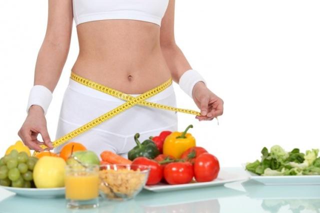 SAĞLIKSIZ BESLENME VE DİYET PROGRAMLARI Saçın ana bileşeni olan keratin vücutta sentezlenmesi için bazı temel proteinlerin besinler aracılığıyla, vücuda yeterli miktarda alınmaları gerekir. Proteinden fakir bir beslenme, ağır ve yanlış diyetler saç dökülmesi ile sonuçlanabilir. Doğru beslenme ve diyet programları için uzman bir diyetisyenden destek alınmalı.