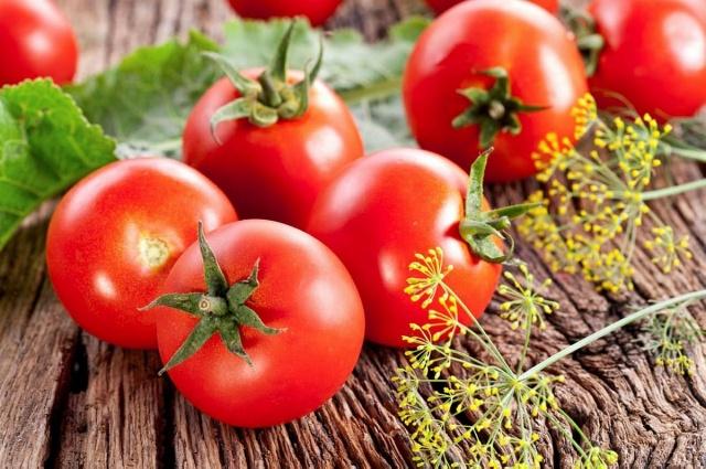 Domates  Domatese kırmızı rengini veren likopen, kronik hastalıklarla savaşan bir karotenoittir. Bunun yanı sıra domatesler, A, C, B2 vitaminleri ile folik asit, krom, potasyum ve lif zenginidir. Buna karşın orta boy bir domates sadece 25 kaloridir.