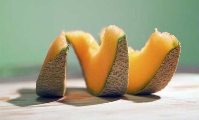 Turuncu kavun  Turuncu kavun, göz sağlığına faydalı bir A vitamini türü olan betakaroten açısından portakal, greyfurt, şeftali, mango gibi diğer birçok turuncu meyveye göre daha zengin. Bir fincan turuncu kavunda günlük A ve C vitamini ihtiyacınızın tamamı, ayrıca da potasyum bulunuyor. Üstelik yüzde 90'ı su olduğu için bir porsiyonu sadece 55 kalori.