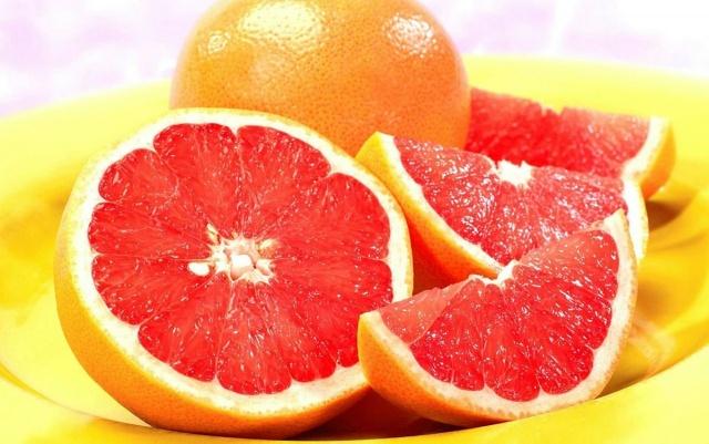 Greyfurt  Yapılan araştırmalar, günlük beslenmesine greyfurtu dâhil eden kişilerde, kilo kaybı yaşandığını gösteriyor. Çünkü greyfurt, kan şekerini düzenleyen ve sizi uzun süre tok tutan lifli bir meyve. Yarım greyfurtta sadece 50 kalori var. Üstelik greyfurtta bulunan C vitamini, kanser ve kalp sorunları yaşama riskinizi azaltıyor. Greyfurt ayrıca kolesterolü düşürüyor, sindirimi kolaylaştırıyor. Yapısındaki folik asit sayesinde hamileler için vazgeçilmez bir meyve.