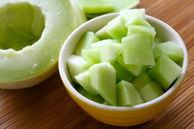 Yeşil kavun  Yeşil kavunun bir porsiyonu 64 kaloridir, yani turuncu kavundan biraz fazladır. Bu kalorinin çoğu, bir porsiyonunda bulunan 14 gram doğal şekerden gelir. Yeşil kavun ayrıca günlük C vitamini ihtiyacınızın yarısını karşılar. Sağlıklı bir cilt için çok önemli olan bakır açısından da zengindir.