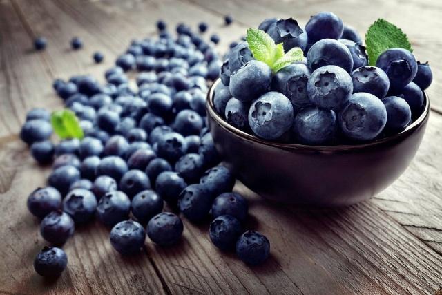 Yaban mersini  Yaban mersini, antioksidan deyince akla ilk gelen meyvelerden biri. Hatta bu konuda diğer tüm meyvelerin önünde. Bir fincan yaban mersini, günlük lif ihtiyacınızın yüzde 14'ünü karşılıyor ve sadece 85 kalori.