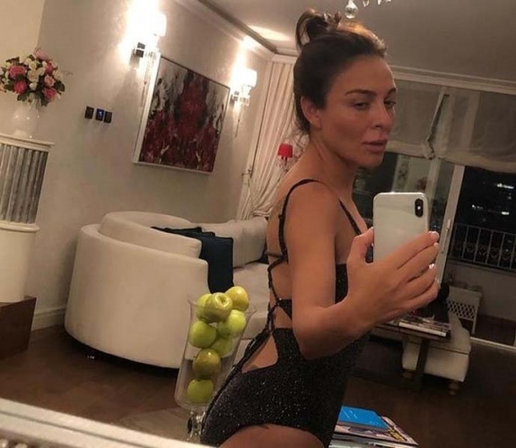 """Ünlü şarkıcı, önceki gün aynadaki yansımasını çekip """"No makeup (makyajsız) selfie... İyi geceler olsun"""" notuyla Instagram'a yükledi."""