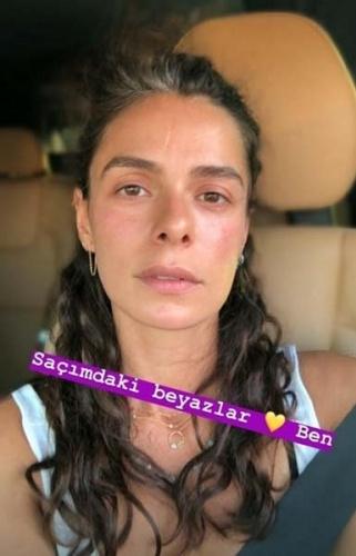 """32 yaşındaki Özge Özpirinçci, Instagram hesabından bu fotoğrafını """"Saçımdaki beyazlar ve ben"""" notuyla paylaştı."""