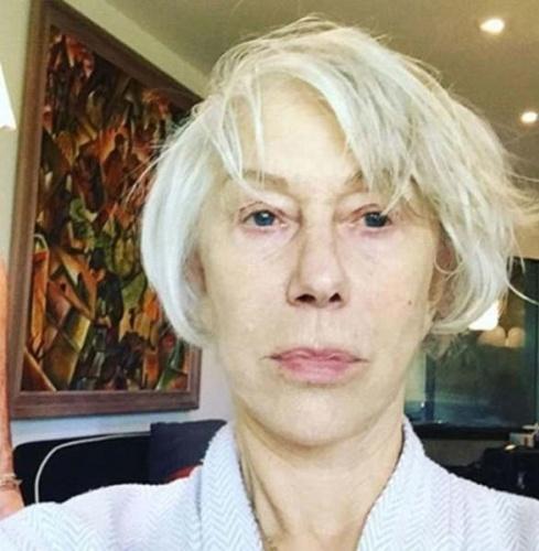 """72 yaşında olmasına rağmen yıllara meydan okuyan güzelliğiyle konuşulan ve """"yaşsız kadın"""" olarak nitelendirilen Helen Mirren, Instagram sayfasında makyajsız bir pozunu paylaştı.   Mirren'ın Oscar gecesi için hazırlanırken çekilen bu pozu takipçilerinden 40 bine yakın beğeni aldı. Mirren'ın bu pozuna hayranları övgü dolu yorumlar da yağdırdı."""