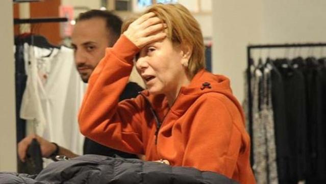 Zuhal Olcay Akmerkez'de görüntülendi.  Bir mağazada alışveriş yapan oyuncu, görüntülendiğini fark edince yüzünü gizlemeye çalıştı.