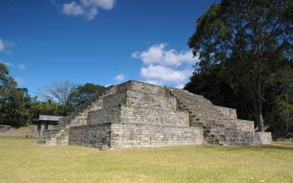 Copan, Honduras  Yakın tarihte keşfedilen kale, Honduras'ın Sivrisinek ormanında karanlıklar arasında bir süre gizli kaldı. Maya uygarlığının önemli bir kentiydi, ancak 9. yüzyılda gücü yitirmişti. 19. yüzyıla kadar arkeologlar tarafından ziyaret edilmedi. 1980'de Unesco'nun Dünya Mirası listesinde yer aldı.