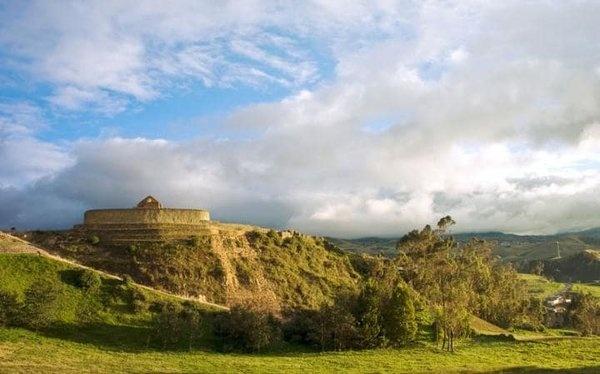 İngapirca, Ekvator  Unesco koruması altındaki Ingapirca, ülkenin en önemli arkeolojik kazı alanı ve Ekvator Incalarının mimari harikası olarak kabul ediliyor. Oldukça geniş bir alana yayılmış antik yerleşim bölgesinde orjinal taş duvarlar, çatısız kale, saray, tapınaklar, avlular, teraslar, evler ve tabi ki bir güneş tapınağı orjinaline yakın bir şekilde korunmuş.