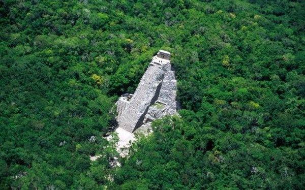 Coba, Meksika  Meksika'nın Yucatan Yarımadası'ndaki Maya tapınakları turistlerin sık sık ziyaret ettikleri bir yer. Bu şehir MS bin yıl boyunca büyüdü ama İspanyolların yarımadada gelişi sırasında terk edildi. Konumu hiçbir zaman unutulmamakla birlikte, 1926'ya kadar arkeologlar bölgeyi ziyaret etmemişlerdir. Bununla birlikte, ağaçların üstünde 42 metreye kadar yükselen görkemli bir tapınak piramidi olan Nohoch Mul'u görebilirsiniz.