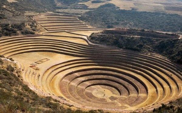 Vilcabamba, Peru   Vilcabamba, İnkaların, İspanyollar ülkelerini işgal ederken Peru'da sığındıkları şehirdir. İngiliz fotoğrafçı ve araştırmacı Peter Frost 1999'da yaptığı bir gezi sırasında sığınak şehrin izlerini buldu. Burada tarım terasları, tahıl depoları, mezarlıklar, yüzden fazla dairesel bina, 8 km'lik sulama amaçlı bir kanal keşfettiler. Burada ayrıca altında mezarlık olan, dini amaçlı açık bir alan da mevcuttur. Araştırmacılar Vilcabamba'ya ulaştıklarında şehir çoktan yağmalanmıştı. Mezarlarda iskeletler olmasına rağmen, yanlarında gömülen eşyalar bulunamadı. Bulunan seramikler ve taş iş aletleri iki ayrı zaman dilimine aittir.