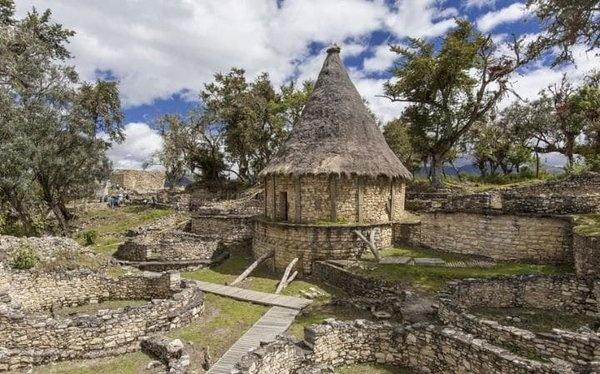"""Kuelap, Peru   3.000 metre yüksekliğindeki bir uçurumu taçlandıran ve bulut ormanı ile çevrili olan bu kale, Peru'nun """"kuzeyin Mach Picchu"""" dur. Birkaç yıl öncesine kadar Incas tarafından 'bulut savaşçıları' olarak bilinen Chachapoyan halkına ev sahipliği yaptı. Arkeologlar konik evlerin ve muhteşem ağaçlarının kalıntılarından hala insan kalıntılarını görebiliyorlar."""