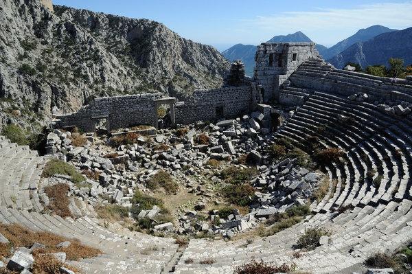 Dünya tarihini değiştiren, esrarengiz hikayeleri ile hala çözülemeyen kayıp şehirler...  Termessos, Türkiye  Termessos sanki gerçek bir Taht Oyunları kalesine benzeyen, 1000 metre yukarıda dağın tepesinde girilmesi zor bir şehir. Hatta Büyük İskender bile Türkiye üzerinden saldırırken burayı fethetmek yerine, uğramadan geçmeyi tercih etmiş. Fakat Kartal Yuvası milattan sonra 200 yılında bütün su kaynağını yitirmiş ve bu yüzden terk edilmiş. 1800 yıl boyunca dokunulmamış.