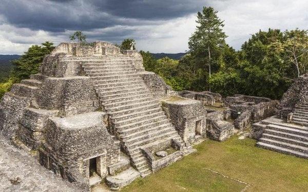 Caracol, Belize  Zamanında başka bir büyük Maya şehri -Belize'nin doğusunda- Caracol'un alevi, MS 950 yılında yakıldı. 1937'de maun ağacını isteyen günlükçüler tarafından keşfedilmiştir ve şu anda ülkenin en önemli turistik yerlerinden biridir. Belize'nin en büyük Maya arkeolojik alanıdır. Ülkede hala en yüksek insan yapımı yapılar burada bulunur.