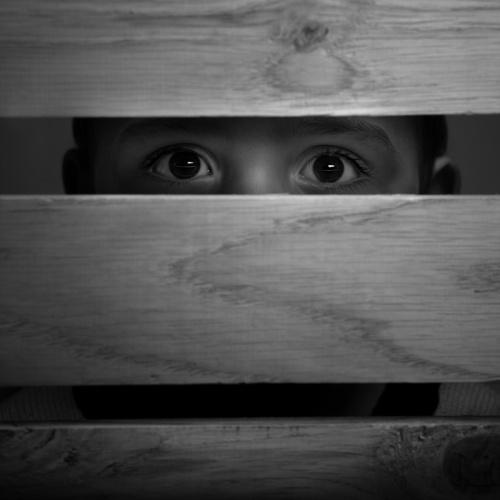"""MUTLAKA PROFESYONEL YARDIM GEREKİYOR  Aile desteği ve güçlü akran ilişkileri psikolojik destek açısından oldukça önem taşıyor. Ancak, cinsel tacize maruz kalan kişilerin yaşadıkları travmatik etki ve bunun sonucunda gelişen psikolojik sorunlar, psikolojik travma modeline dayalı psikoterapi yöntemleri ile ortadan kaldırılabiliyor. Psikolog Seren Öztoprak, bu nedenle mağdurların, yaşadıkları psikolojik problemlerden kurtulabilmeleri için mutlaka profesyonel yardım almaları gerektiğini belirterek, """"Yaşanan cinsel taciz ile ilgili travma çalışması yapılmalıdır. Psikoterapi çalışması ile travmatik etki ve sonucunda oluşan psikolojik problemler kademe kademe azaltılabilir veya ortadan kaldırılabilir"""" diyor."""