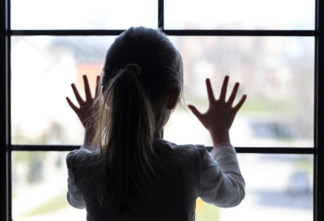 Bu durumla karşı karşıya kalan çocuklarda işaretler yaş gruplarına göre değişiyor. Özellikle okul öncesi çocukların bilişsel ve dil gelişimleri yeterli olmadığı için değerlendirilmeleri de hem daha farklı hem de daha güç oluyor. Psikolog Seren Öztoprak, cinsel organların çevresindeki değişikliklerden tekrarlayan idrar yolu enfeksiyonlarına kadar pek çok farklı tıbbi yakınmaların olabileceğini söylüyor.