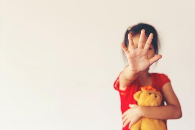 """ÜÇ FARKLI DÜŞÜNCE MODELİ GELİŞTİRİYOR  Çocukların sonraki hayatlarında yaşadıkları bu duruma üç farklı biçimde tepki gösterdiklerini anlatan Psikolog Seren Öztoprak şu bilgileri veriyor:  """"Kendi kendilerine 'Ben kurban oldum ve bütün hayatım boyunca kurban olarak kalacağım' diye düşünebiliyor. Ya da 'Yeniden kurban olmayacağım ve yaşam kurban ve tacizcilerden oluştuğuna göre ben tacizci olacağım' diyebiliyor veya'Bu deneyimi yaşadığım diğer deneyimlerle bütünleştirebilirim ve ikisi de olmayacağım' kararını alabiliyor. Bu durumda doğru kararı alabilmeleri açısından destek çok büyük önem taşıyor. Çünkü çocuklar psikolojik destek almazsa bir ömür boyunca, kişilik bozuklukları, cinsel sorunlar, depresyon ve anksiyete açısından risk altında kalıyor."""""""