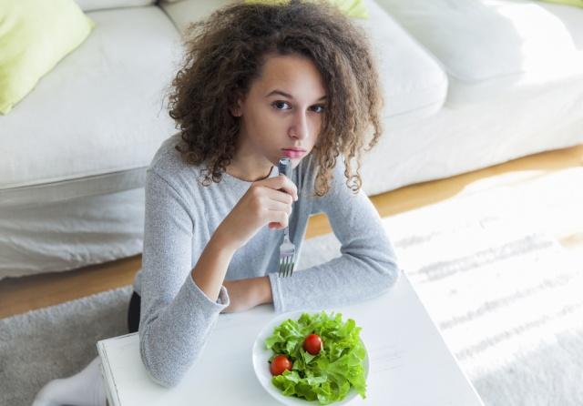 ANKSİYETE BOZUKLUĞU  Ergenlik döneminde şişman olmaktan aşırı düzeyde kaygı duyma ve beden algısındaki bozulmalarla birlikte seyreden kilo kaybı, yeme bozukluğunun ortaya çıkmasına zemin hazırlıyor. Yeme bozukluğu olan gençler kaygılı olduklarında aşırı yiyerek kaygılarını azaltmaya çalışıyor, ancak yedikten sonra pişmanlık hissediyor. Yeme eylemi sonucu hissedilen pişmanlık, huzursuzluk duygusu ve estetik imaj kaygısı büyüyerek konsantrasyon bozukluğu, kötü bir şey olacakmış gibi hissetme, uyku problemleri, kaygıyı kontrol edememe durumu ve çeşitli fiziksel belirtilere neden oluyor. Yapılan araştırmalar yetersiz beslenmenin bir kişinin kişiliğini bozabilecek etkiye sahip olduğunu gösteriyor. Anksiyete bozukluğu altta yatan tıbbi sorunlardan kaynaklanabiliyor. Anksiyete bozukluğu yaşayan kişi duygularını kontrol etmekte daha güçsüz olduğundan yeme atakları ile baş etmesi güçleşiyor.