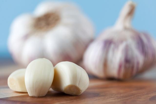 SARIMSAĞIN GÜCÜNDEN FAYDALANIN  Bir diş sarımsak içerdiği 5 mg kalsiyum, 12 mg potasyum ve 100'den fazla sülfürik bileşikler sayesinde bakteriler ve enfeksiyonlarla savaşacak kadar güçlü bir besin. Hamilelik döneminde günde bir diş sarımsak yemenizde fayda var.