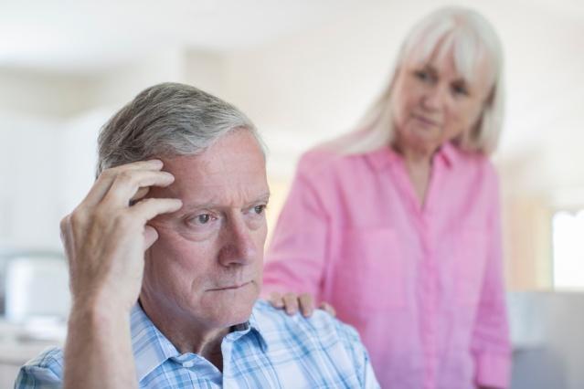 """ALZHEİMER HASTALIĞINDAN KORUNMANIN 6 ETKİLİ YOLU  Alzheimer hastalığına bağlı beyin hasarının hastalarda ilk belirtilerin ortaya çıkmasından 10-20 yıl önce oluşmaya başladığını biliyor muydunuz? Çağın korkulu hastalığında belirtiler oturduktan sonra beyin hasarını geriye çevirmek bugün için mümkün değil; ancak önlem almak mümkün! Acıbadem Taksim Hastanesi Nöroloji Uzmanı Dr. Mustafa Seçkin """"Ülkemizde 600 binin üzerinde Alzheimer hastası bulunmakta ve Alzheimer dışı demanslarla birlikte bu sayı bir milyona yaklaşmaktadır. Hastalıkta en önemli risk faktörü ileri yaş olduğundan, ilerleyen ortalama yaşam süresi ile birlikte yeterince uzun yaşarsak hepimiz Alzheimer hastası olma riskini taşıyoruz. Alzheimer hastalığı ile belirtiler ortaya çıkmadan önce savaşmaya başlamak gerekir"""" diyor. Günümüzde beyin sağlığı konusunda yeterli farkındalık oluşmamasından dolayı, iç organlarına göre beyni çok daha fazla yaşlanmış olan bireylerin sayısında artış olduğunu belirten Dr. Mustafa Seçkin, 21 Eylül Dünya Alzheimer Günü kapsamında yaptığı açıklamada, bu tehlikeli hastalıktan korunmanın 6 etkili yolunu anlattı, önemli uyarılar ve önerilerde bulundu."""