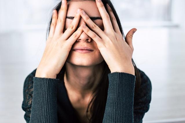 """""""Stresten uzak durun!""""... """"Aşırı stres hastalıklara davetiye çıkarıyor!""""... Uzmanların sıklıkla altını çizdiği gibi stresi yönetmeyi öğrenmek şart! Zira iyi yönetilebildiğinde bizi harekete geçirme, motive etme hatta tehlikelere karşı tetikte tutma gibi birçok faydası olan stres, kontrol edilemediğinde ve aşırı hissedildiğinde, ona 'yenik' düşüldüğünde ise sağlığı tehdit ediyor! Acıbadem Maslak Hastanesi'nden Uzman Psikolog Simru Kavak """"Bu tehlikelerin içinde kalp-damar, tansiyon ve mide hastalıklarını, bağışıklık sisteminin zayıflamasına bağlı rahatsızlıkları, depresyon, kaygı bozuklukları, uyku sıkıntıları, konsantrasyon sorunları, öfke yönetimi zorlukları, madde kullanımı ve çeşitli bağımlılıklar gibi psikolojik sorunları saymak mümkün"""" diyor. Peki, stresten tamamen uzak bir yaşamdan söz etmek mümkün olmadığına göre, stresin olumsuz sonuçlarından korunmak için onu yönetmeyi nasıl öğrenebiliriz? Uzman Psikolog Simru Kavak strese yenik düşmemenin, onu yönetmenin 9 püf noktasını anlattı, önemli uyarılar ve önerilerde bulundu."""