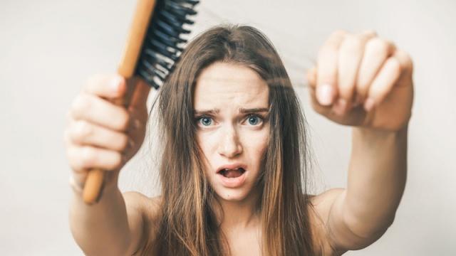 SAÇ DÖKÜLMESİ   2 yemek kaşığı ince veya orta öğütülmüş kahveyi 3 yemek kaşığı ısıtılmış zeytinyağı ile karıştırın. Ilıması için bekledikten sonra karışımı saçınıza boydan boya uygulayın.   Saçınızı folyo ile sarın.30 dakika sonra, şampuanla yıkayın. Bu saç terapisini haftada 1-2 kez uygulayın. Yaklaşık 12 uygulamadan sonra istediğiniz sonucu alabilirsiniz. Hassas yapılı saçlarda kullanıldığında renk açılmasına sebep olabilir.