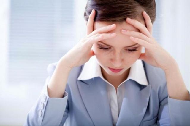 YOĞUN STRES Yoğun stresli durumlar da saç dökülmesine neden olur. Stres vücutta çeşitli stres hormonlarının salgılanmasına neden olarak iç dengenin bozulmasına ve bunun sonucunda birçok hastalığın ortaya çıkmasına yol açıyor. Bu hastalıklar da saçları dökebiliyor.
