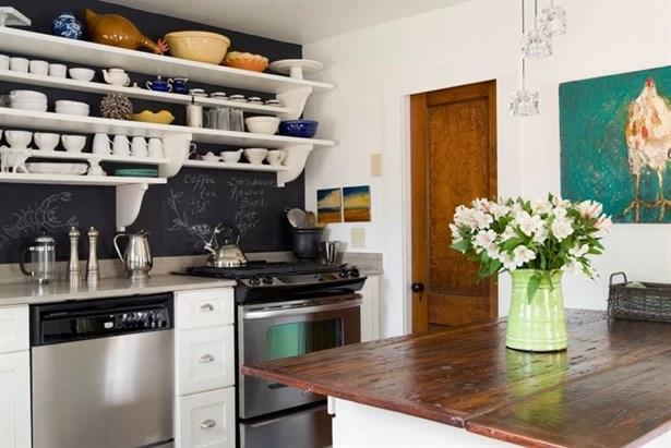1. BUZDOLABI VE FIRINI YAN YANA KOYMAYIN  Mutfağınızda bereketi ve yüksek enerjiyi yakalamak için su ve ateşi bir araya getirmemeye özen gösterin. Buzdolabı ile fırını yan yana koymamalısınız. Ayrıca mutfak lavabosu ile fırını da birbirlerinden uzak bölgelere yerleştirmelisiniz. Bunu yapamıyorsanız en azından araya ahşap bir obje yerleştirerek enerjiyi dengeleyebilirsiniz.