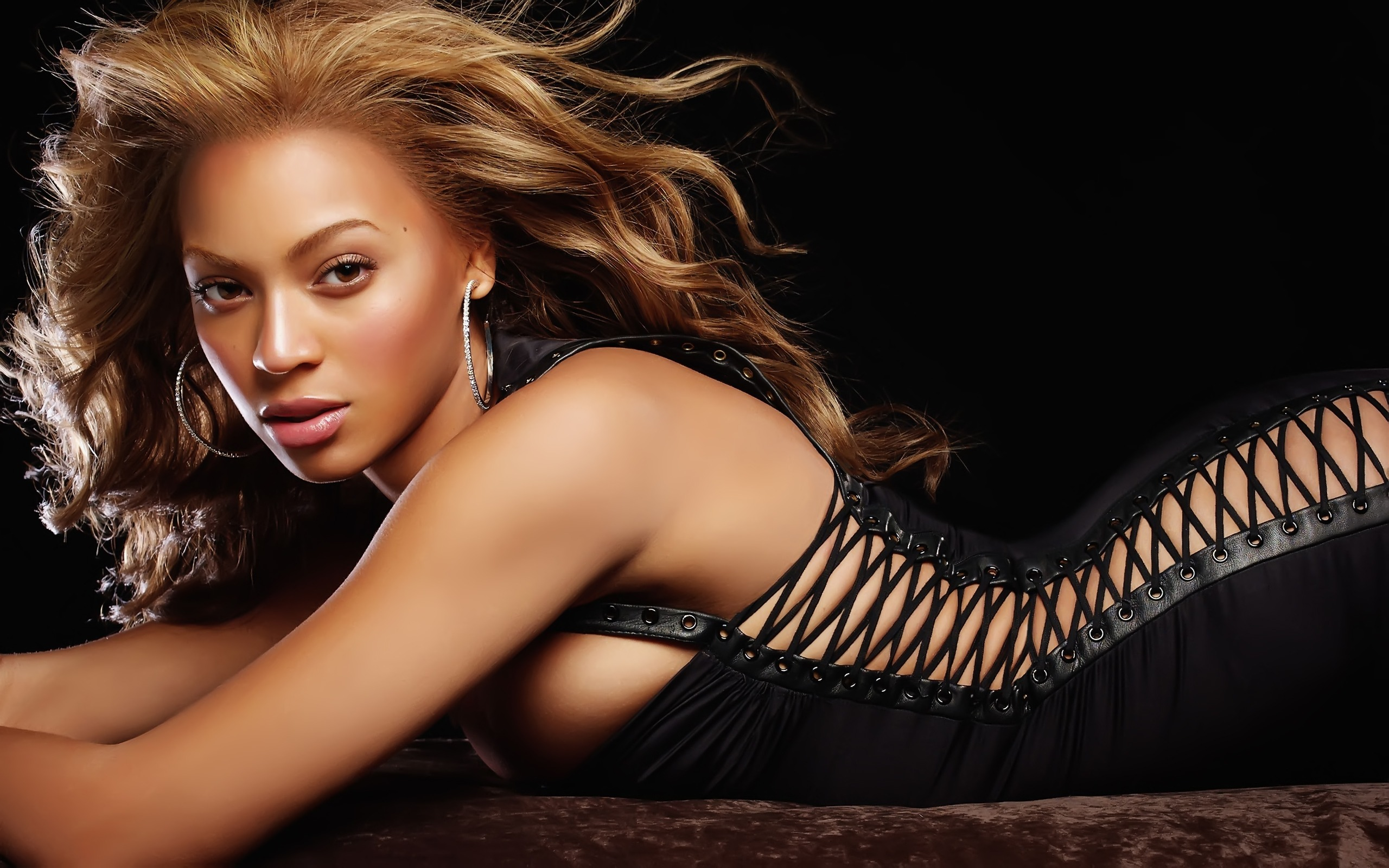 Hamileliğinde çok kilo alan Beyonce, eski kıvrımlarına dönmekte zorlanmadı. Doğumdan sonra 29 kilo veren Beyonce'nin kliplerinde, kıvrımlarına, eskisine oranla daha fazla dikkat çektiği görülüyor.