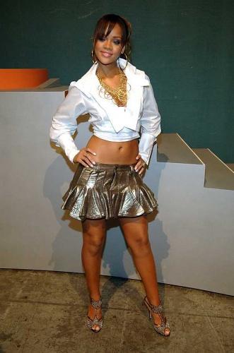 2005 - Rihanna'nın Pon de Replay ile listeleri ilk kez zorlamaya başladığı bu yıl, onun kariyerinin dönüm noktası denebilir. Ancak söz konusu stil olduğunda, Rihanna şimdilik sıradan bir genç kızın yalnızca bir adım ötesine geçebiliyor.