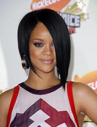 2007 - MTV Movie Awards'a yepyeni saç modeli ve bu iddialı elbiseyle katılan Rihanna, bir stil ikonuna dönüşümünün ilk evresini tamamlamış olabilir mi? Bu görünüm, hala en nefes kesici Rihanna görünümleri arasında anılıyor.