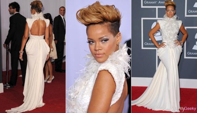 2010 - Bir bukalemun gibi saçlarının rengi ve kesimini sürekli değiştiren Rihanna, 2010 Grammy'lerinde kırmızı halıda neredeyse sarışın görünümünü öne çıkarıyor. Kuş tüylü, boğazlı Elie Saab elbisesi, Rihanna'nın asi zarafetine vurgu yapıyor.
