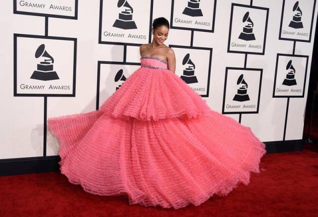 2015 - Yine Grammy ve yine nefesleri kesen bir Rihanna görünümü! Çoğunlukla fazla iddialı ve seksi elbiseleriyle kırmızı halıda arz-ı endam eden Barbadoslu müzisyen, Giambattista Valli elbisesiyle bir modern zaman prensesini andırıyor.