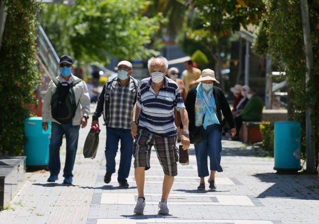 İzmir'de koronavirüs (kovid-19) salgını kapsamında alınan önlemler nedeniyle sokağa çıkmaları kısıtlanan 65 yaş ve üzeri ile kronik rahatsızlığı olan kişiler, istisna uygulanması kapsamında tekrar sokağa çıktı. Ramazan Bayramı'nın ilk gününde Güzelyalı Mahallesi'ndeki Fuat Göztepe Parkı'na giden vatandaşlar parkta dinlenerek, kendi aralarında sohbet etti.