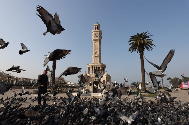 Yeni tip koronavirüsle mücadele tedbirleri kapsamında hafta sonunda uygulanan sokağa çıkma kısıtlamasında İzmir'de cadde, sokak ve meydanlarda sessizlik hakim oldu. Konak meydanında bulunan tarihi saat kulesinin çevresi boş kaldı.