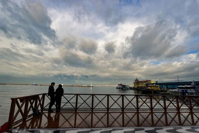 İzmir'de dün akşam saatlerinden itibaren yer yer şiddetini artıran sağanak, Buca, Karabağlar ve Konak başta olmak üzere merkez ilçelerde hayatı olumsuz etkiledi. Metrekareye 77,9 kilogram yağışın düştüğü kentte sabahın erken saatlerinden itibaren bulutlar dağılmaya başlarken, kentin sembol noktalarından Cumhuriyet Meydanı çevresinde güzel görüntüler oluştu.