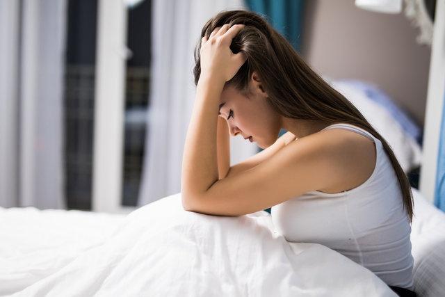 """Horlamanın, ses çıkararak sosyal ortamları ve aile yaşamını olumsuz etkilediğini ifade eden Dr. Yıldırım, """"Ancak bir de bunun görünmeyen tarafı var. Horlamaya eşlik eden nefes kesilmesi kişinin sağlığını ciddi şekilde etkiler. Biz buna uyku apnesi diyoruz yani uykuda nefesin durması, kesilmesi hali."""
