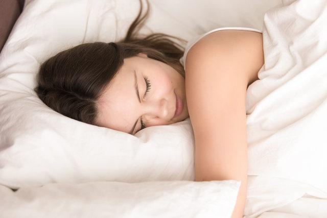 """Uykuda horlamak büyük bir problem, horlayan kişi farkında olmadığı için onunla aynı odada uyuyan kişiler rahatsız olur. Hatta aynı odayla kalmaz aynı ev ve hatta komşular dahi horlamadan rahatsız olabilir"""" dedi."""