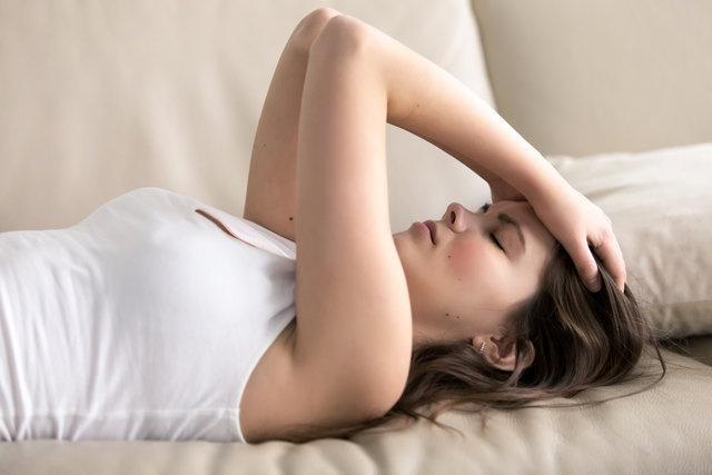 Uyku apnesi olan kişilerin gün içindeki belirtileri şunlardır; Sabah kalkmakta zorlanır, unutkanlık olur, çabuk sinirlenir, gün içerisinde sürekli uykuya meyil olur, oturduğu yerde, koltukta, direksiyon başında, işyerinde uyuya kalır, çok terler, kilo alır.