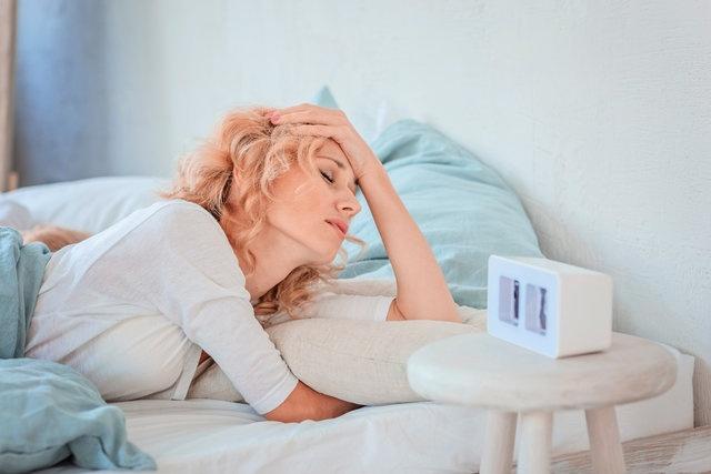 """Uyku apnesinin multidisipliner olarak bir ekip içerisinde değerlendirilmesi gerekir. Doğru teşhis ve tedavi konabilmesi için öncelikle uyku testi yapılmalıdır. Detaylı bir Kulak Burun Boğaz muayenesi olunmalıdır"""" açıklamalarında bulundu."""