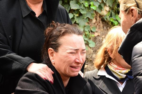 İzmir'in Narlıdere ilçesinde, içinde bulunduğu kamyonetin şarampole yuvarlanması sonucu hayatını kaybeden ünlü sinema ve tiyatro sanatçısı Demet Akbağ'ın eşi Zafer Çika'nın cenazesi, Alsancak Hocazade Camisi'nde öğle namazını müteakiben kılınan cenaze namazından sonra Çeşme'nin Alaçatı Mahallesi'ne götürüldü.