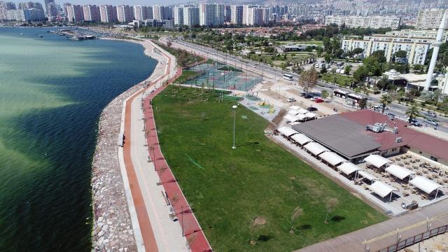 """""""İzmirdeniz-Kıyı Tasarım"""" projesini hayata geçiren İzmir Büyükşehir Belediyesi, bu kapsamda Bostanlı'da gerçekleştirdiği 2. Etap Projesi'nin ilk aşamasını da tamamladı.3 ayrı aşamada gerçekleşen toplam 70 bin metrekarelik Bostanlı 2. Etap projesinin tamamını beklenmeden biten ilk bölümü kullanıma açtı."""