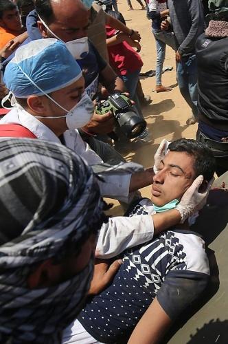 """Gazze'nin İsrail sınırında çadırlar kuran Filistinliler, ABD Büyükelçiliği'nin Kudüs'e taşınmasını ve İsrail'in kuruluş yıldönümü olan Nekbe'nin (Büyük Felaket) 70. yılını protesto etmek için """"milyonluk yürüyüş"""" adını verdikleri kapsamlı gösteriler düzenliyor."""