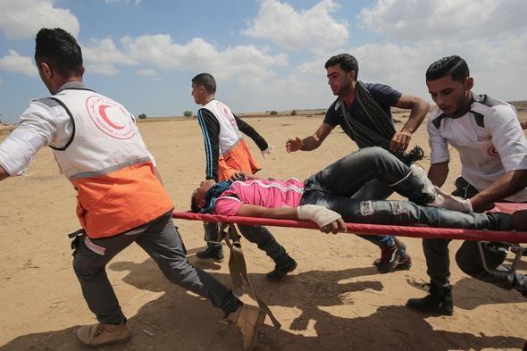 """Gazze'nin İsrail sınırında çadırlar kuran Filistinliler, ABD Büyükelçiliği'nin Kudüs'e taşınmasını ve İsrail'in kuruluş yıldönümü olan Nekbe'nin (Büyük Felaket) 70. yılını protesto etmek için """"milyonluk yürüyüş"""" adını verdikleri kapsamlı gösteriler düzenliyor.  Filistin yönetimi sözcüsü Yusuf el Mahmud, """"Uluslararası toplum Gazze'deki korkunç katliamı durdurmak adına derhal harekete geçmelidir"""" dedi."""