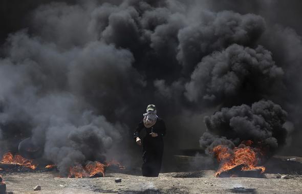 Filistin Kızılayı'ndan yapılan yazılı açıklamada da Gazze Şeridi'nin İsrail sınırında düzenlenen gösterilerde şu ana kadar gerçek mermi, şarapnel, gaz kapsülleri ve göz yaşartıcı gaz nedeniyle yüzlerce Filistinli'nin yaralandığı kaydedildi.