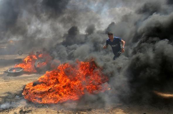 Filistinlilerin Gazze Şeridi'nde İsrail ve ABD'ye karşı düzenledikleri gösterilerde, İsrail askerleri protestocuların üzerine ateş açtı. Olaylarda şu ana kadar en az 52 kişi hayatını kaybetti. Filistin yönetimi İsrail'i 'Gazze'de katliam yapmakla' suçladı.