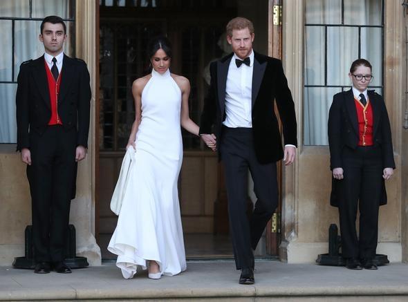 Öğle saatlerinde başlayan törene Kraliçe 2. Elizabeth eşi Edinburgh Dükü Prens Philip'le giriş yaptı. Markle, Şapelin basamaklarını tek tek çıkarken sade ve uzun kuyruğu olan gelinliğiyle dikkat çekti.