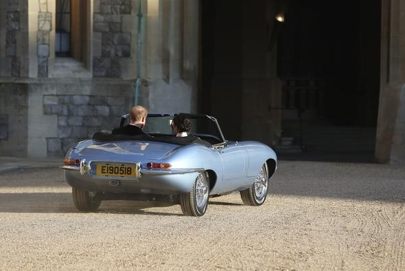 1968 model araçta yapılan değişikliklerle aracın elektrikli hale getirildiği belirtilirken, yeni evli çift düğünden sonra ilk kez böyle görüntülendi.